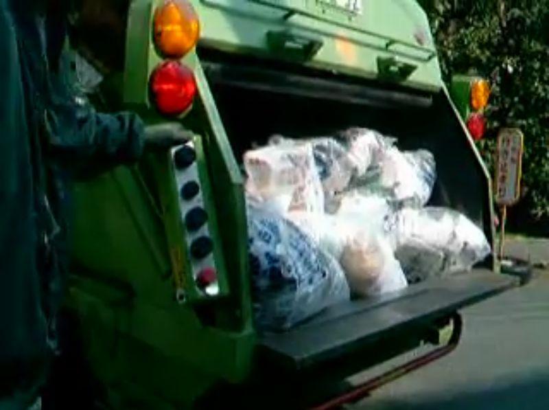 【ゴミ収集】可燃ごみが回転盤に潰されてパッカー車に飲み込まれる!