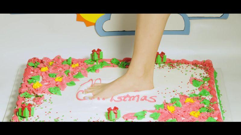 【フードクラッシュ】クリスマスを新年へ!素足がケーキをこね回す