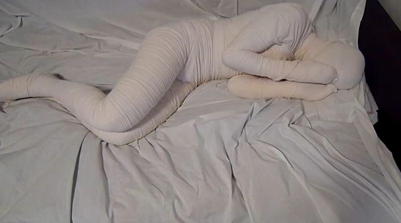 【包帯フェチ】全身グルグル巻きのミイラ男がベッド上で姿勢を変える