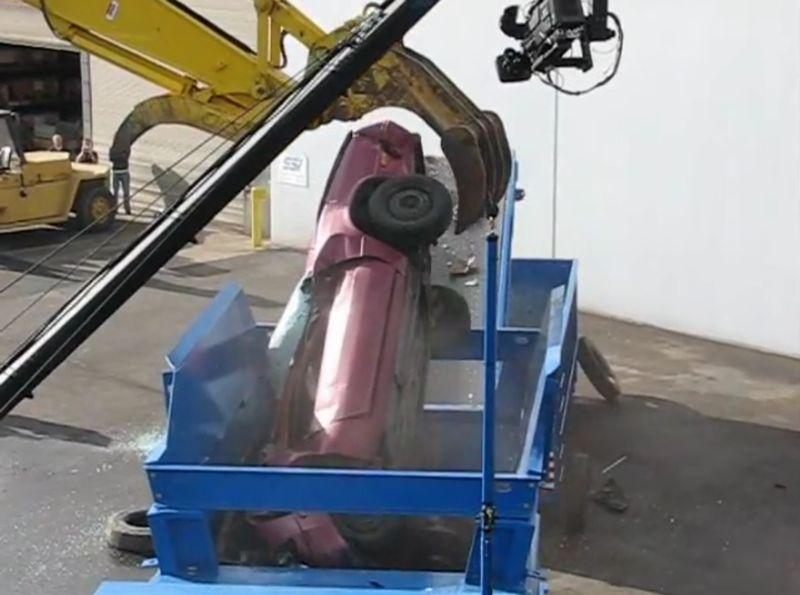 【シュレッダー】廃車を飲み込んで鉄くずに変える回転盤が強すぎる!