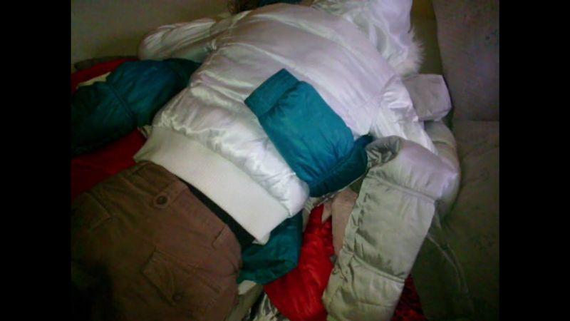 【ジャンパーフェチ】ベッドの上でダウンジャケットを抱いて戯れる!