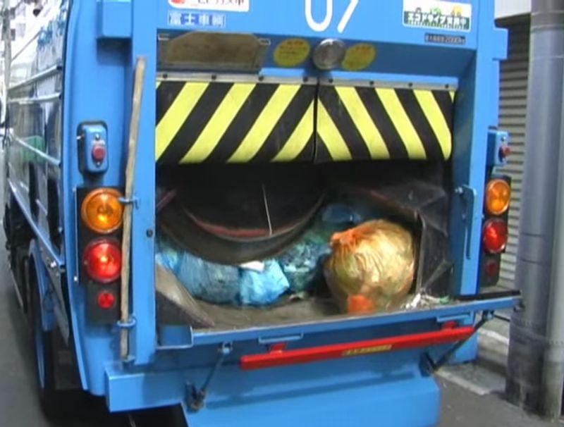 【ゴミ収集】荷箱回転式車で目が回る!ドラムが可燃ごみを圧縮する