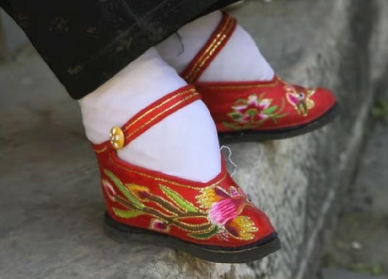 """【纏足】足の小さい女は美しい?中国で咲き乱れた""""金の蓮""""のリアル"""