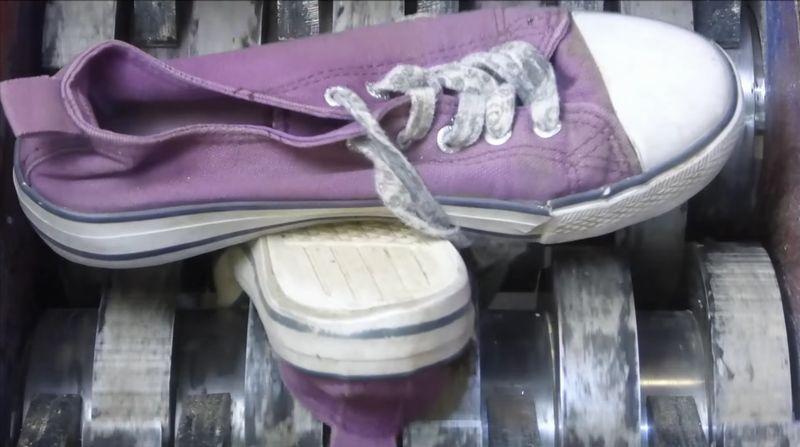 【シュレッダー】パンプスもスニーカーも粉砕!回転盤が靴を巻き込む