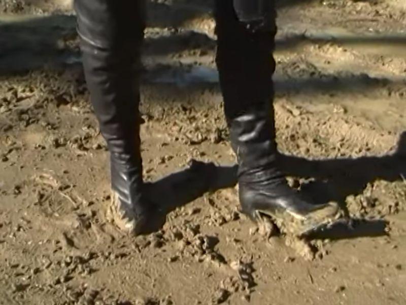 【ロングブーツ】泥で汚れる黒い足!地面にヒールを突き刺して歩く