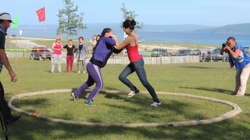 【女相撲】モンゴル人女性が土俵で対決!観衆が熱狂する女同士の戦い