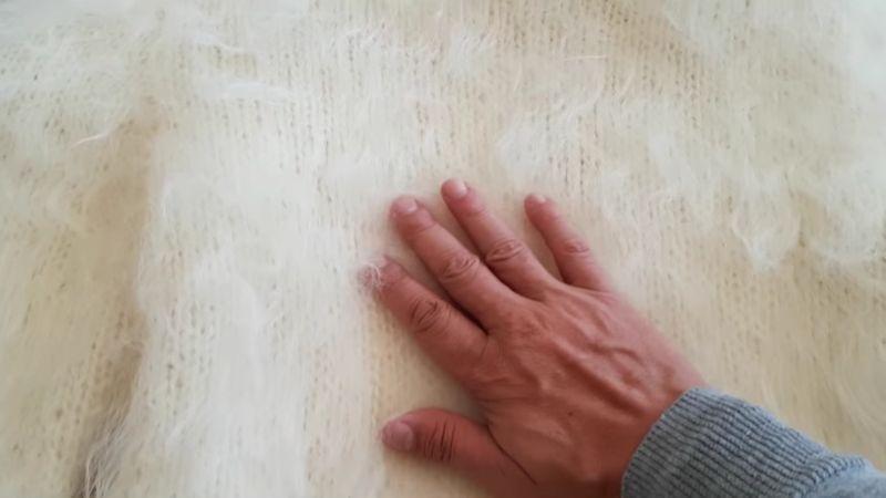 【セーター】モヘアフェチがアンゴラヤギの毛を手で優しく愛撫する!