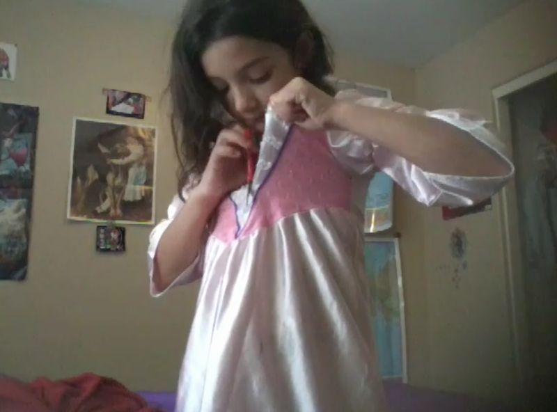 【サテンドレス】美少女がハサミで衣装を切り裂く!化繊生地をジョキ