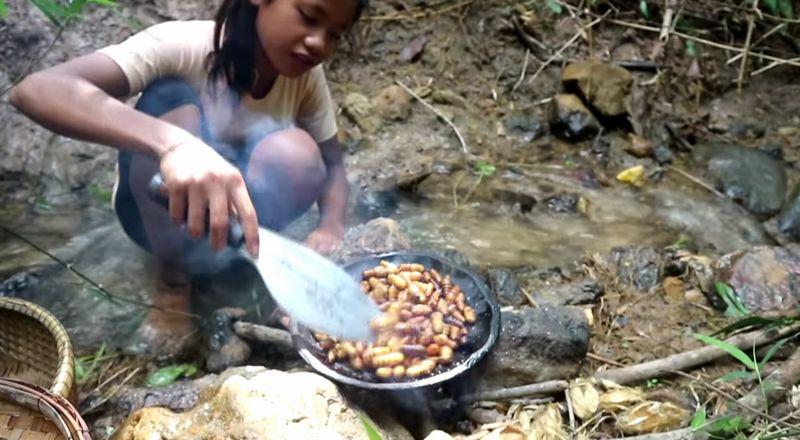【昆虫食】美少女がさなぎを食べる!サバイバル生活のタンパク源確保