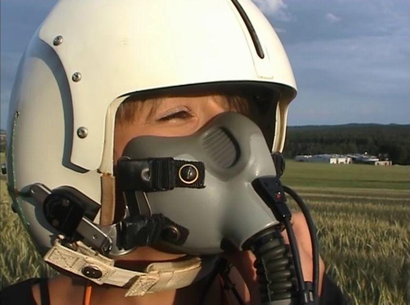 【酸素マスク】パイロットヘルメット着用の美女×田園風景=フェチ!