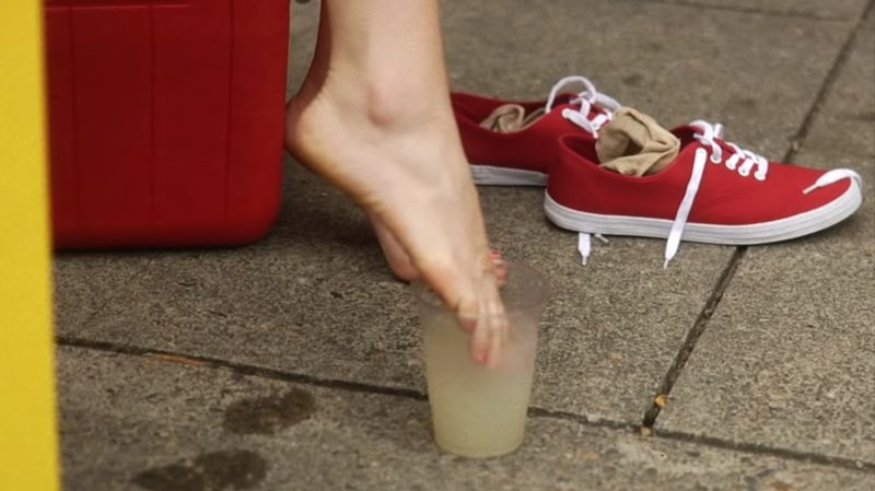 【レモネードスタンド】塩の代わりに女性の汗ばんだ足を入れると…