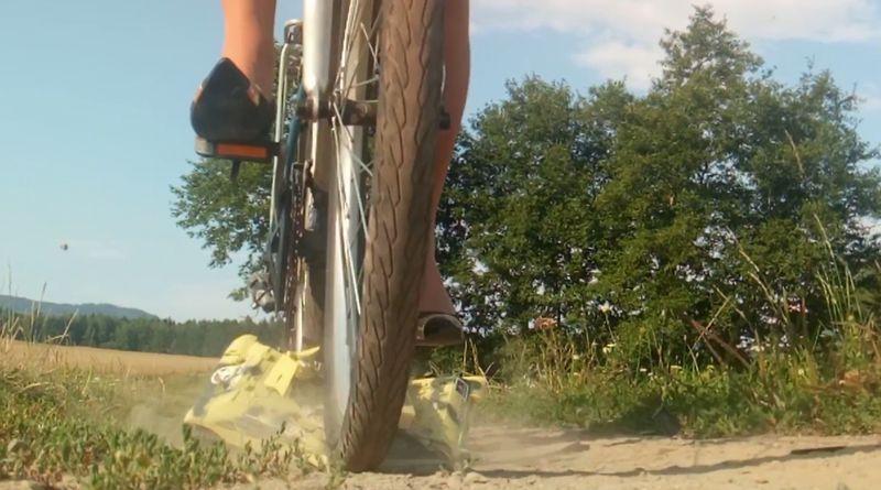【クラッシュ】戦車を自転車で粉砕!車輪に潰されるおもちゃの悲劇