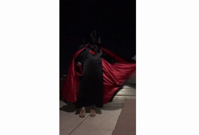 【サテンマント】闇夜で翻る化学繊維!黒と赤の光沢がツヤツヤ輝く