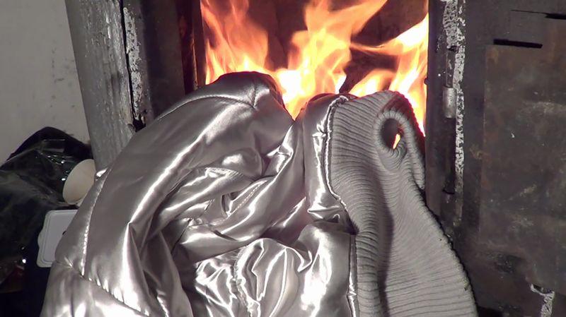 【サテンジャケット】光沢ある化学繊維が炎に包まれて溶ける焼却動画