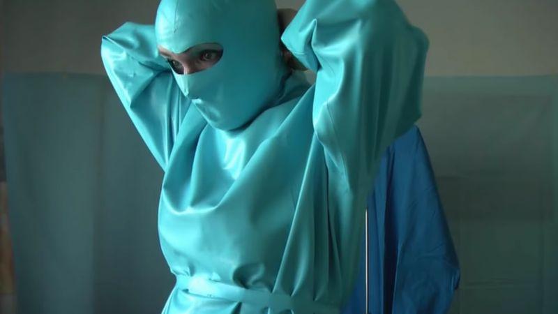 【医療フェチ】ラバー製の手術着が美しい!ゴムをまとった女医の魅力