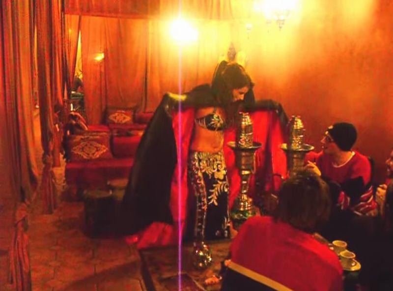 【サテンマント】女吸血鬼がベリーダンスを披露!黒と赤の化繊が翻る