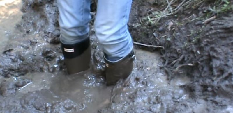 【ラバーブーツ】長靴を履いて泥沼を歩く!黒いゴムが汚れるメッシー