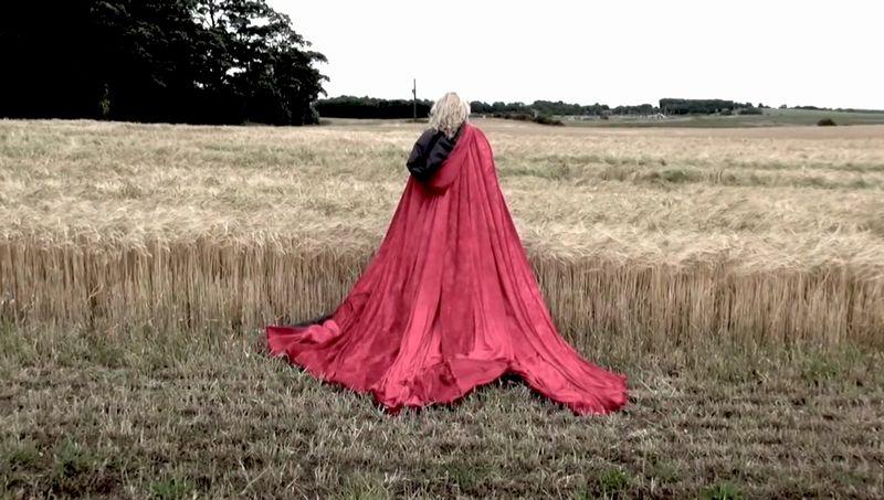 【赤マント】赤いサテンが翻る!自然の中を歩く魔女が不気味で美しい