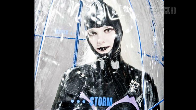 【傘フェチ】雨に濡れたビニールとラバー!光を反射する水滴が美しい