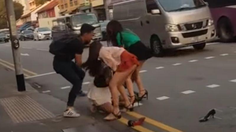【キャットファイト】ベトナム人女性が大喧嘩!髪を掴んで揉み合い…