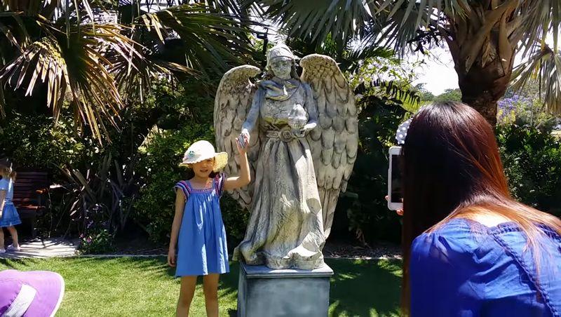 【リビングスタチュー】動く石像が大人気!子供と握手して記念撮影も