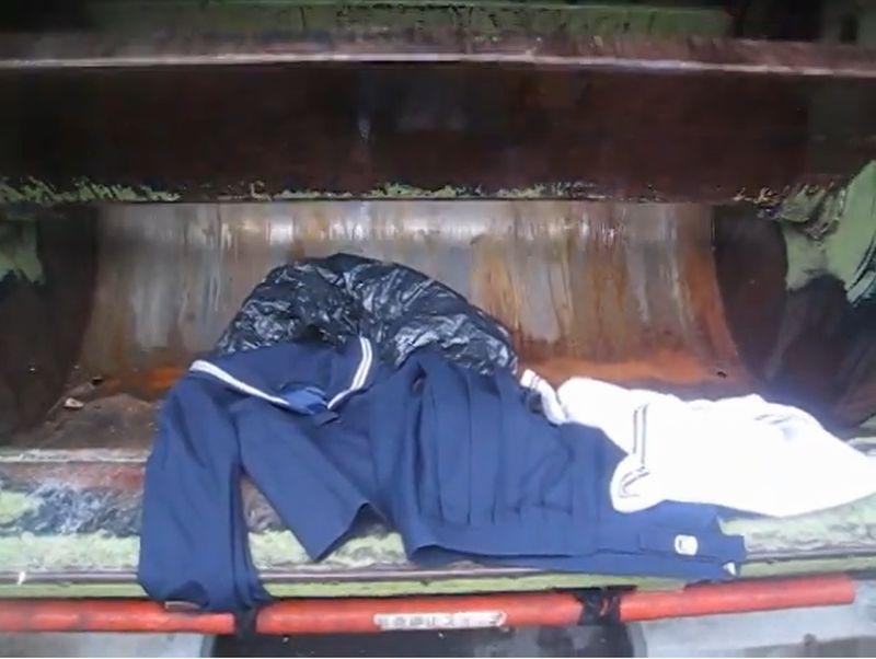 【セーラー服】女子学生の制服がパッカー車に飲み込まれるゴミ収集!